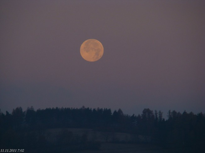 Timing is very important when photographing the moon over the fields. Jiří5155
