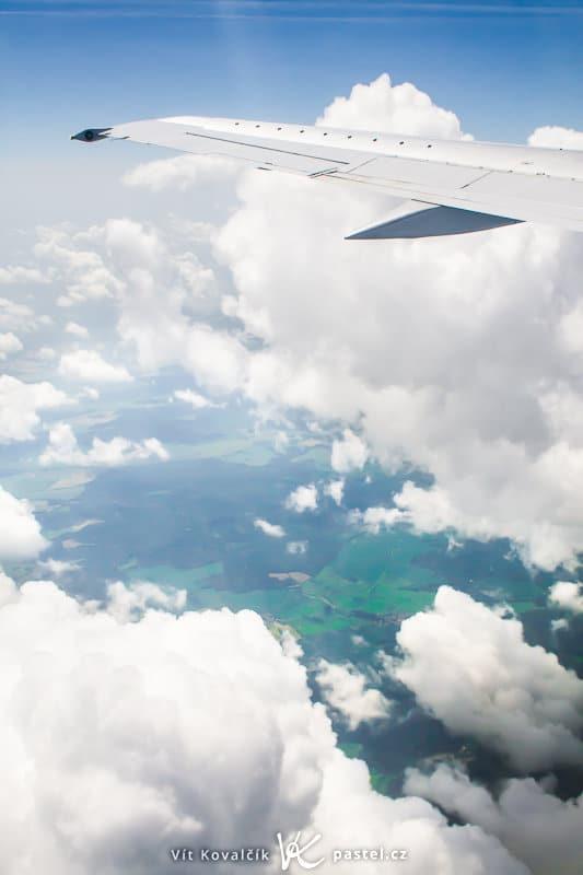 The plane's wing certainly can be a part of the photo. Canon 350D, EF-S Canon 18–55mm F3.5–5.6, 1/1000 s, F9.0, ISO 400, focus 24 mm. Photo: Vít Kovalčík