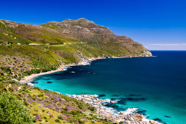 A sea near Cape Town. The shoreline and hill line guide your eyes. Canon 40D, Canon EF-S 18–50 mm F3.5–5.6, 1/200 s, F7.1, ISO 400, focus 23 mm. Photo: Vít Kovalčík
