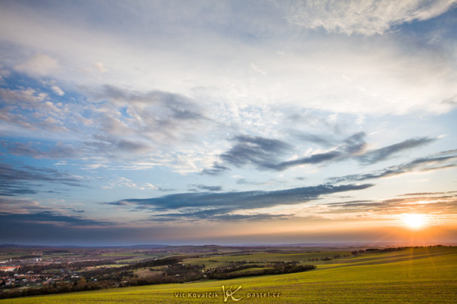 A hilltop sunset. Add dramatic clouds and you've got yourself the kind of picture everyone loves, except that... here there's nothing really eye-catching. Canon 5D Mark II, EF Canon 16–35 mm F2.8 II USM, 1/100 s, F9.0, ISO 100, focus 20 mm. Photo: Vít Kovalčík