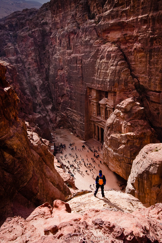 The stone-carved city of Petra in Jordan. The figures of my friend at the top and of the tourists at the bottom give a rough notion of size. Canon 40D, EF-S Canon 10–22 mm F3.4–4.5 USM, 1/160 s, F8.0, ISO 100, focus 22 mm. Photo: Vít Kovalčík