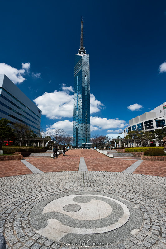 A wide angle has enabled me to fit all 234 meters of this tower into the picture... as well as the symbol on the sidewalk. Canon EOS 40D, Canon EF-S 10–22 mm F3.5–4.5 USM, 1/100 s, F8.0, ISO 100, focus 10 mm (='' 16 mm 35mm equivalent)