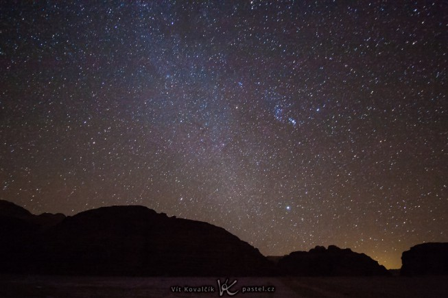 A late-night sky. Canon 40D, Canon EF-S 10-22/3.5-4.5, 56 s, F3.5, ISO 3200, focus 10 mm