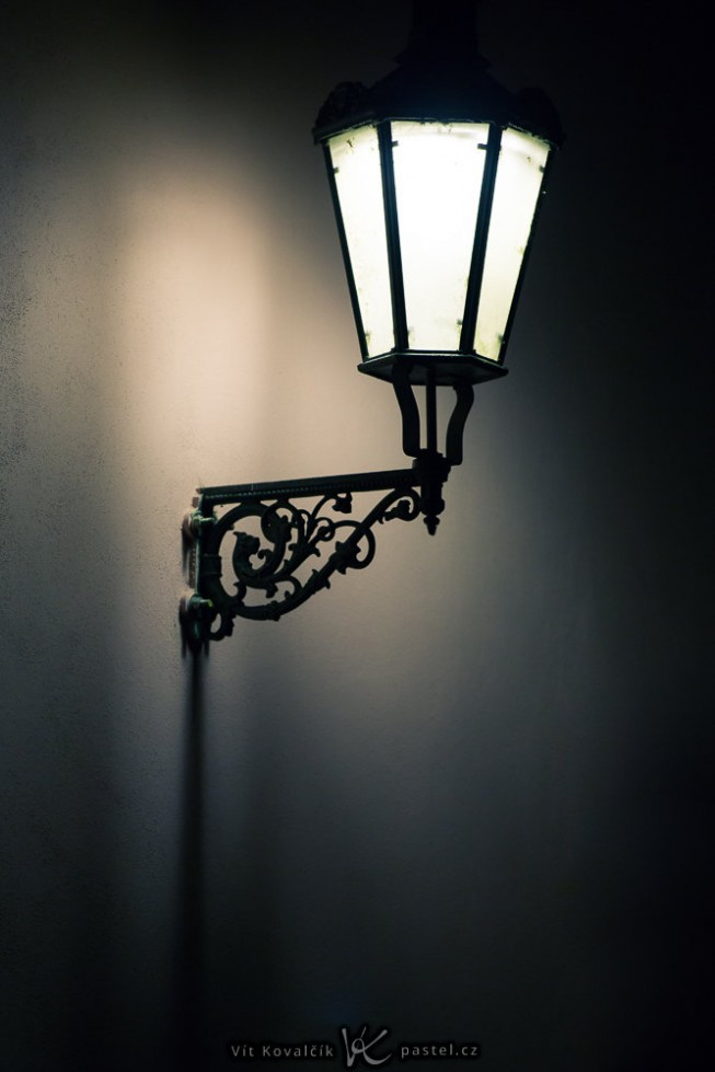 A lamp photographed with a telephoto lens, aided by an in-lens stabilizer. Canon 5D Mark III, Canon EF 70-200/2.8 IS II, 1/60 s, F2.8, ISO 800, focus 200 mm