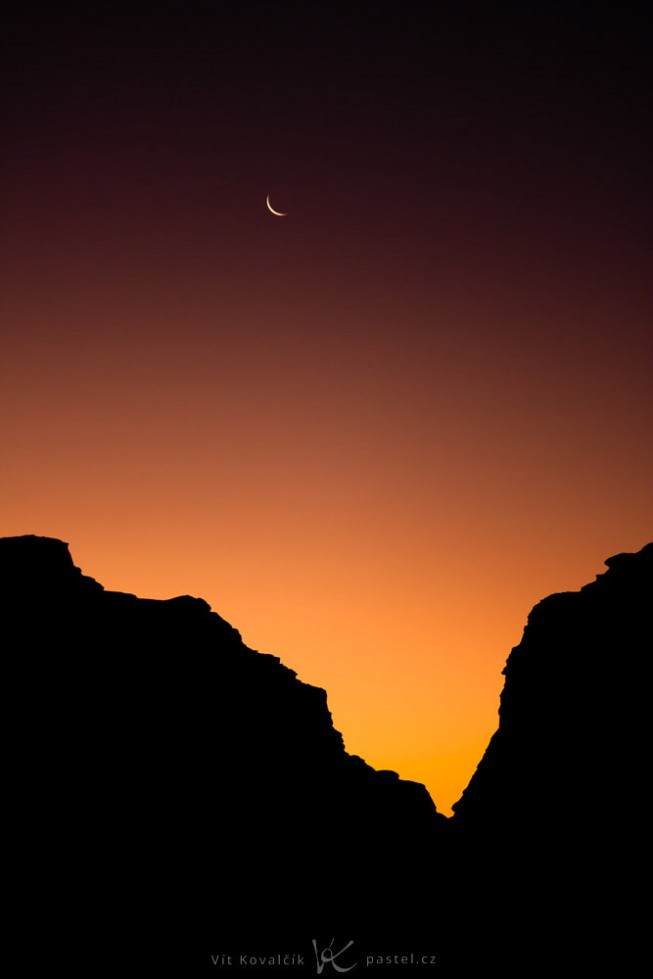 A bit before sunrise. Canon 40D, Canon EF-S 55-250/4-5.6, 1/50 s, F4.5, ISO 400, focus 79 mm
