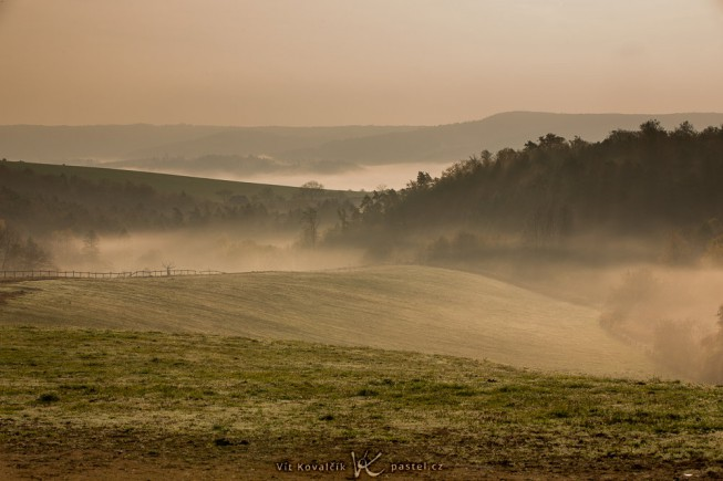 The morning fog rolling in over the hills. Canon 5D Mark III, Canon EF 70-200/2.8 IS II, 1/125 s, F13, ISO 100, focus 88 mm
