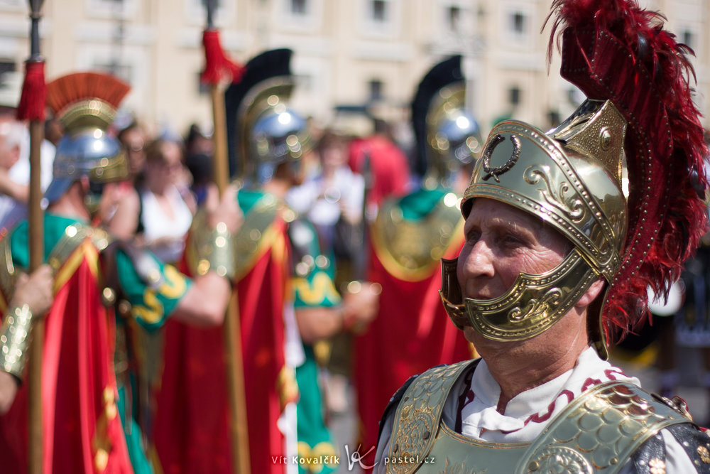 Thanks to a fast 50/1.8 lens, the Roman soldier is clearly visually separated from his surroundings. Canon 40D, Canon EF 50/1.8, 1/5000 s, F1.8, ISO 100, focus 50 mm