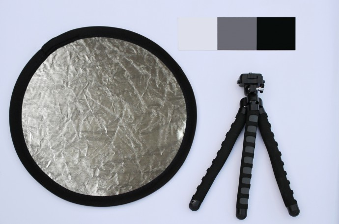 Recommended accessories for flower photography: a reflector sheet to dispel shadows, a (small) support so you can get sharp images, and a gray sheet for proper white balance. All of these together can be picked up for a few dozen dollars.