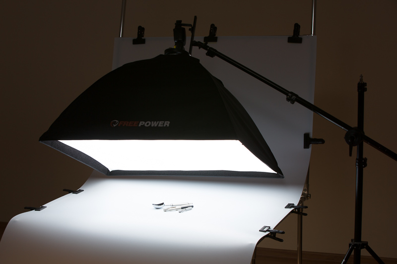 A large diffusion box (relative to the small products) creates a light source that is reflected at many different angles. Here everything has been photographed on a photo table, but we could have just as easily put the object on a tablecloth, and everything would look just as good.
