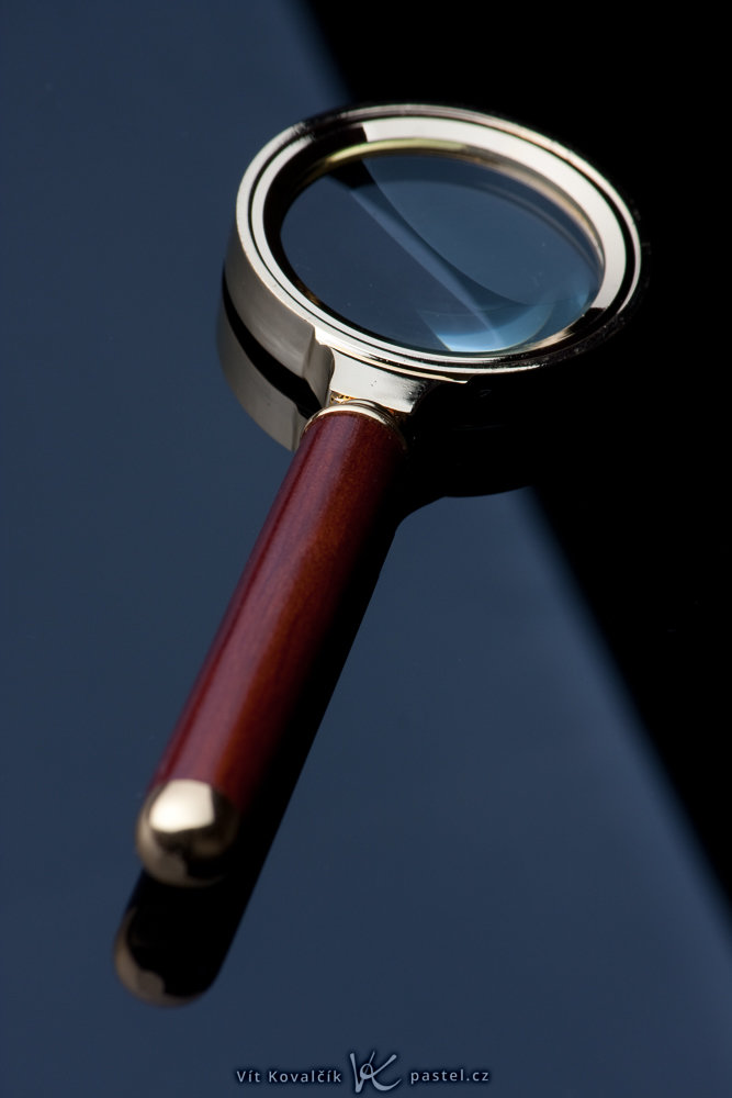 Not even a camera with an APS-C sensor and an f/16 aperture could make this whole magnifying glass sharp. Canon 40D, Canon EF-S 55–250/4–5.6, 1/200 s, f/16, ISO 100, focus 194 mm