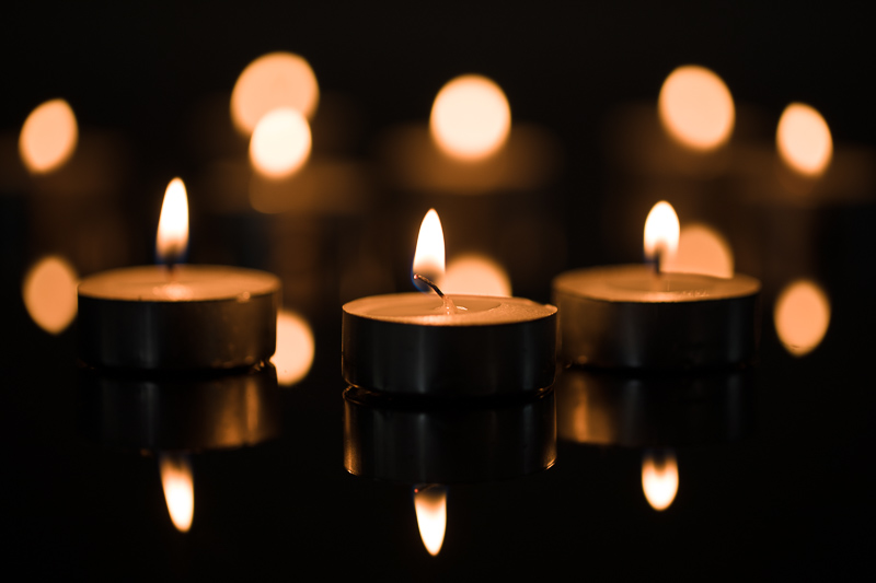 Three main candles with a background made up of the remaining candles. Canon 5D Mark IV, Canon EF 100/2.8 IS MACRO, 1/60 s, f/2.8, ISO 100, focal length 100 mm