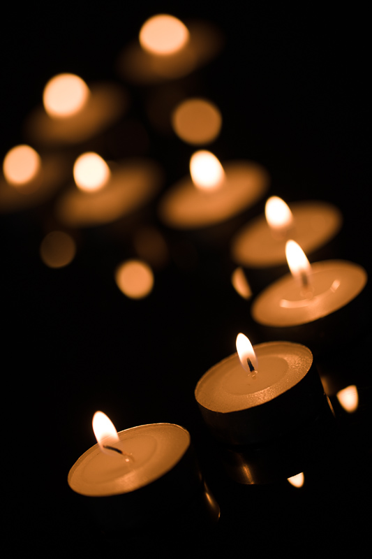 An S-shaped row of candles, with the frontmost one emphasized. Canon 5D Mark IV, Canon EF 100/2.8 IS MACRO, 1/60 s, f/2.8, ISO 100, focal length 100 mm
