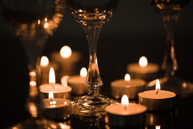 Glasses at different differences, with little candles between them. Canon 5D Mark IV, Canon EF 100/2.8 IS MACRO, 1/50 s, f/2.8, ISO 200, focal length 100 mm