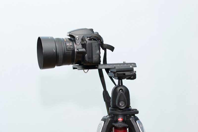 A camera on a macro rail affixed to a tripod. You can set the stiffness of its movement with an arresting screw. A second screw is used to move the camera on it back and forth.