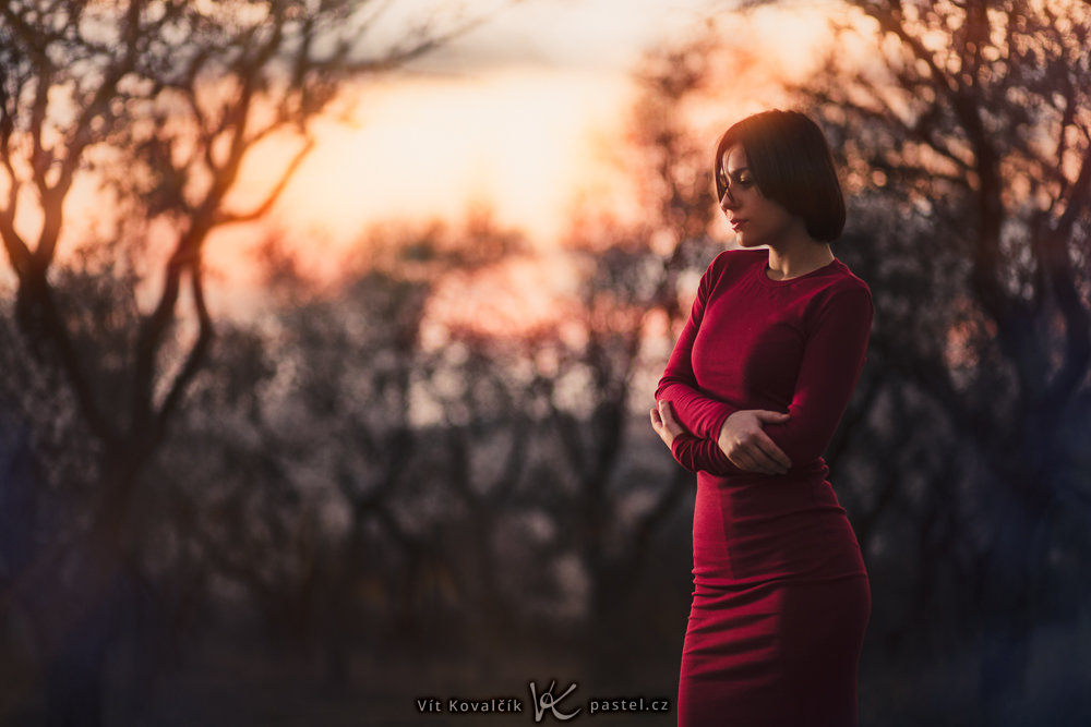 I've placed the model towards the photo's edge so that the sunset shines through. Canon 5D Mark III, Canon EF 85/1.8, 1/200 s, f/1.8, ISO 800, focal length 85 mm