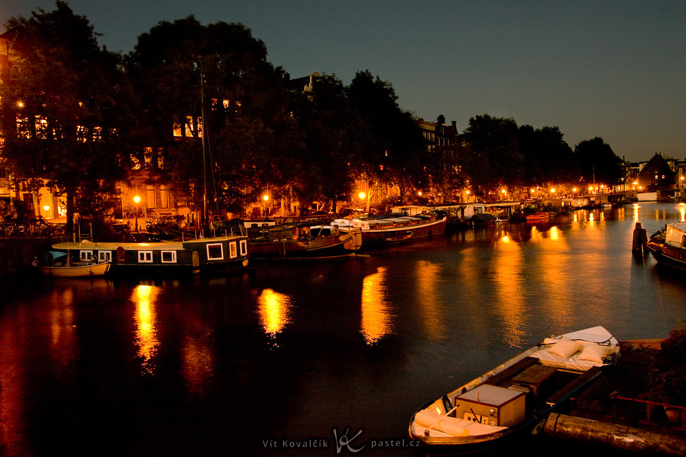 Night in Amsterdam. If you hid the lower half of the photo, it wouldn't be nearly as impressive. Canon 40D, Sigma 18–50/2.8, 3,2 s, f/5.6, ISO 200, focal length 18 mm
