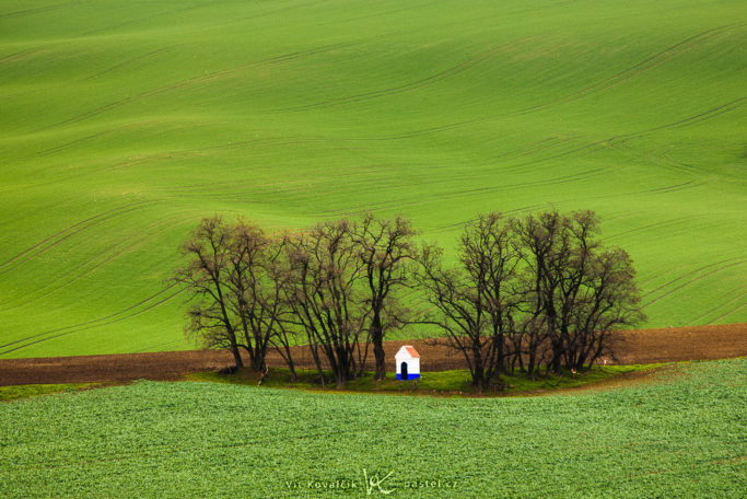 Benefits of Telephoto Lenses for Landscapes: a chapel without distracting areas.