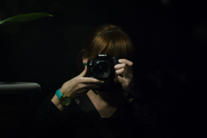 12 Photo Clichés: selfie with a camera.
