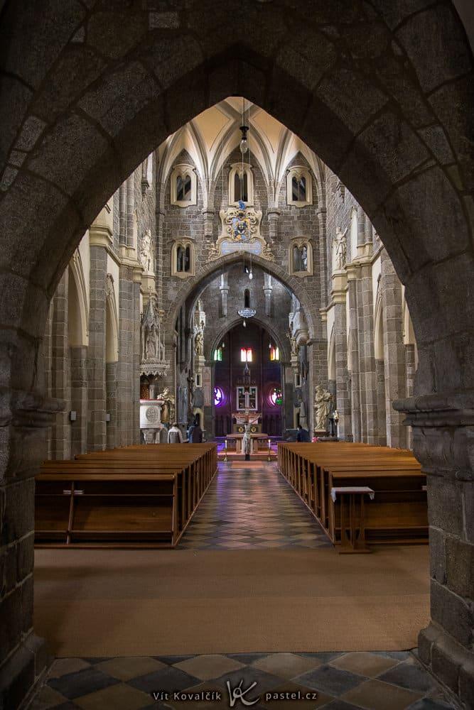 How to Photograph in Churches: a dark small church.