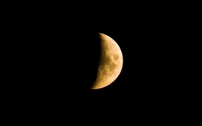 How to Photograph the Moon: a crescent moon.