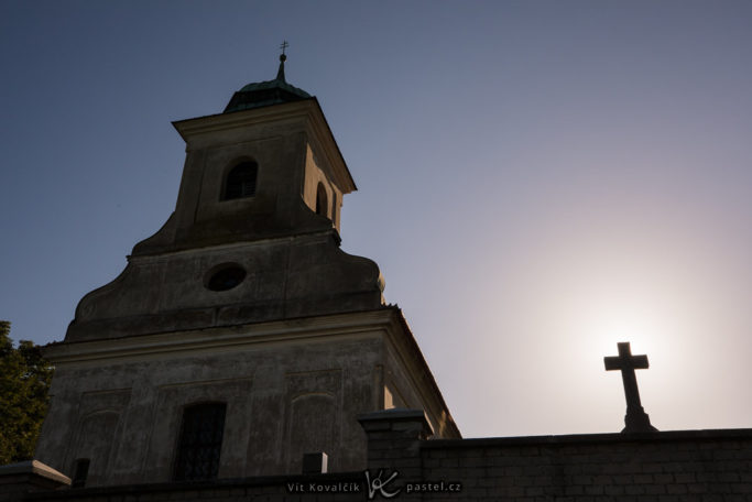 Simple Exercise to Improve a Photo Composition: a detail shot with the sun hidden behind a cross.