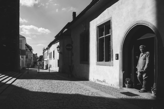 Improve your black and white pictures: light and shadows in the street.