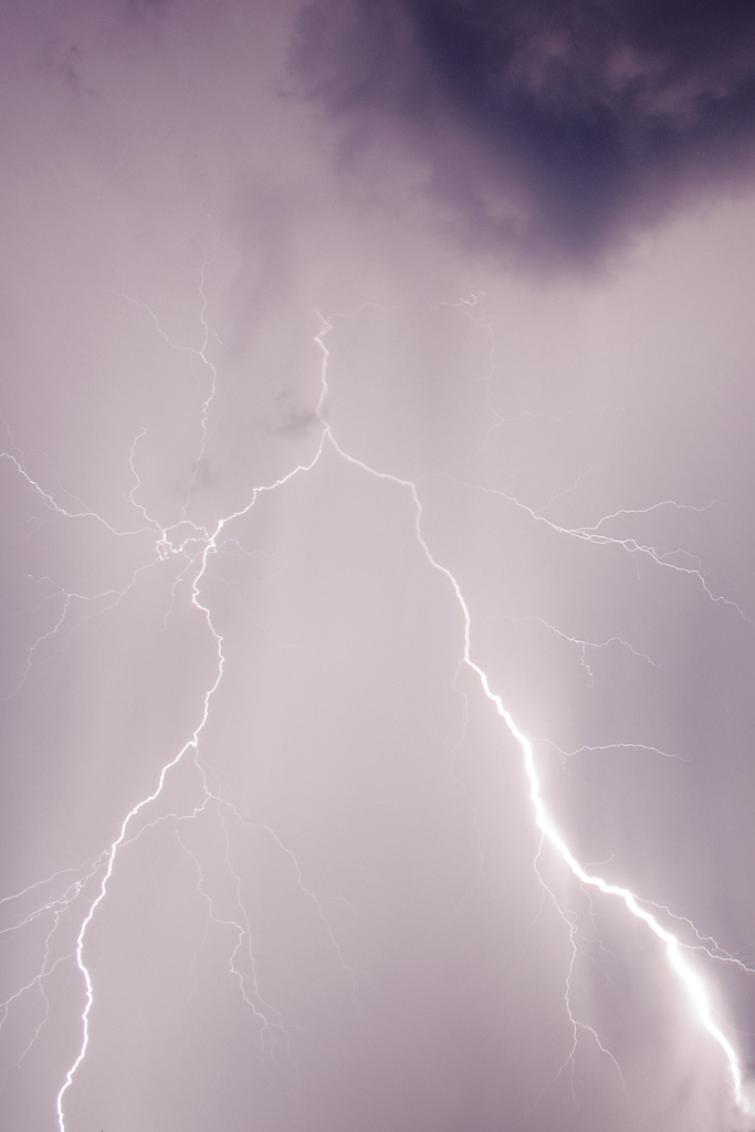 How to photograph lightnings: lightning in the clouds.