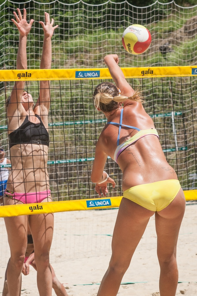 How to photograph sport: beach volleyball.