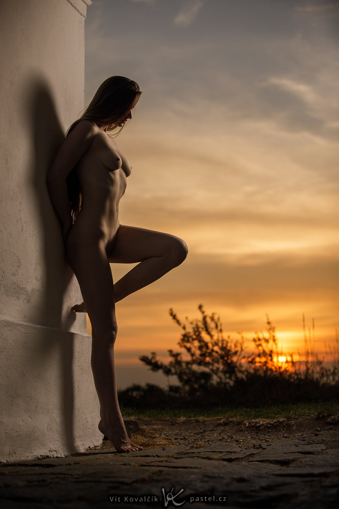 Nude photography: rim light outdoors.