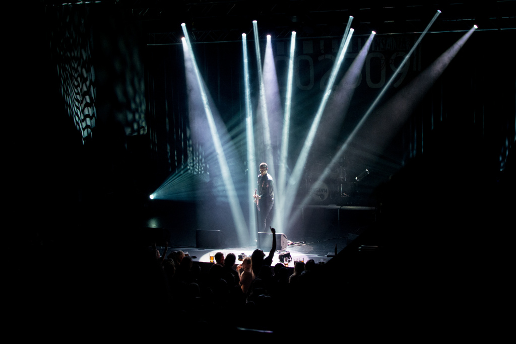 How to Photograph Concerts - point lights Insania